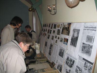 Jubilæumsudstillingen blev studeret flittigt og vakte genkendelsens glæde blandt mange gæster